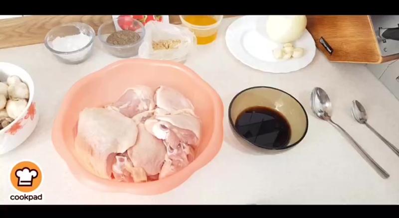 Курица в духовке с сыром и грибами под йогуртовым соусом